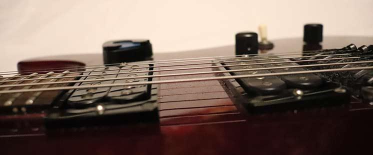 Звукосниматели электрогитары: близкое расположение к струнам